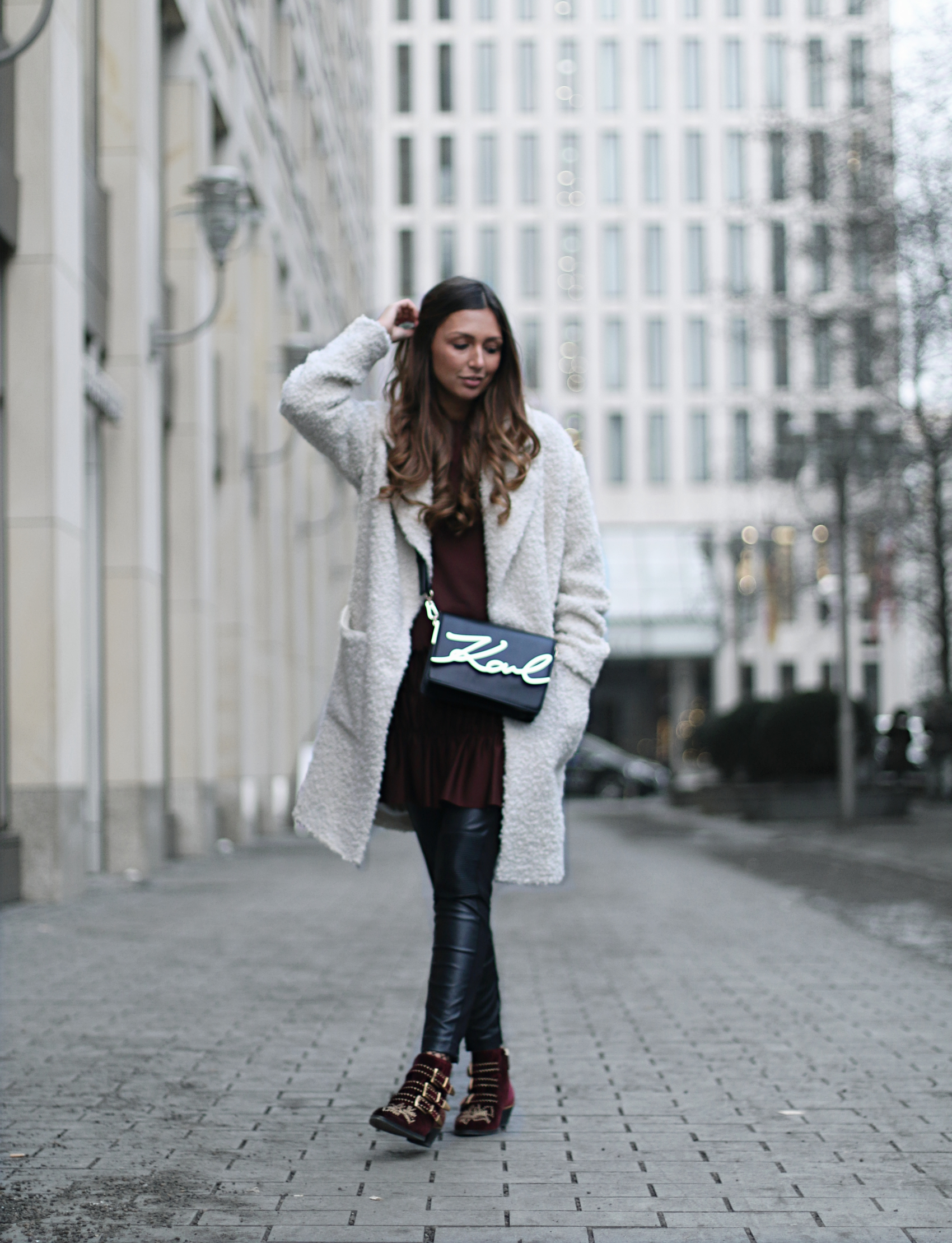mbfw day 3 streetstyle mit chlo susanna samt boots statement bag callmeshopaholic. Black Bedroom Furniture Sets. Home Design Ideas