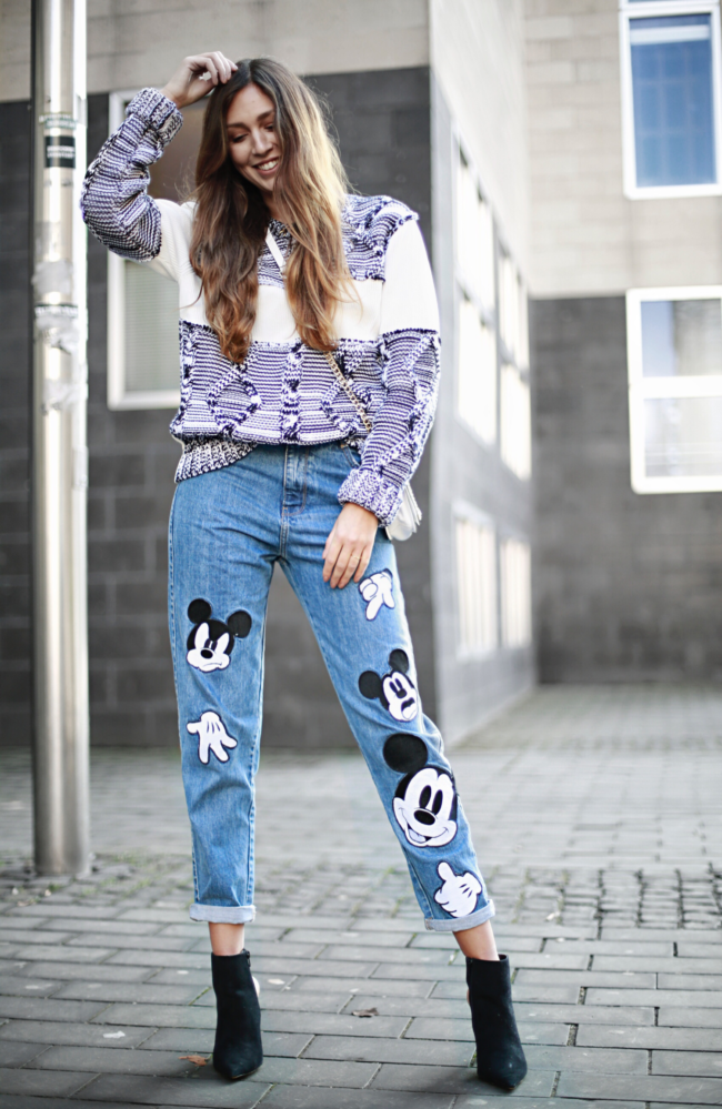 Micky Maus Mom Jeans, Pullover von Maison Martin Margiela, Chelsea Boots